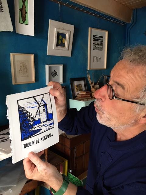 présentation par l'artiste de la gravure pour les ailes du moilin de kervoyal à damgan